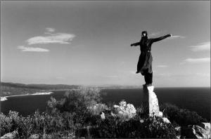 Roagă-te în toată vremea şi în tot locul. Şi ce nu poţi face cu plecarea genunchilor, fă cu plecarea duhului, stând ca în faţa lui Dumnezeu.