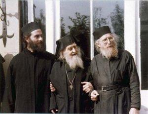 Părintele Zaharia, părintele Sofronie şi părintele Symeon (dreapta)